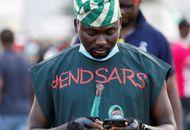 Une personne au Nigéria arborant un t-shirt avec le message #endsars