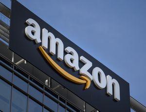 Le logo d'Amazon posé sur un immeuble