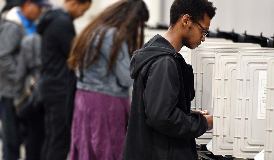 des personnes dans un bureau de vote