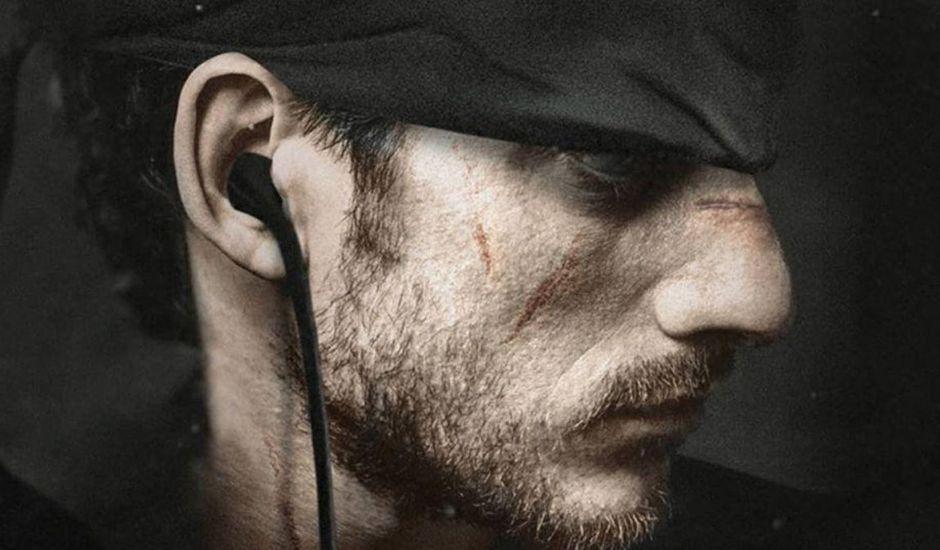 Luca Marinelli dans le rôle de Solid Snake