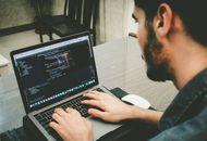 un datascientist devant son ordinateur