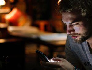 un utilisateur addict au smartphone