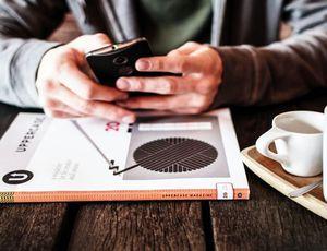 un utilisateur mobile tenant un smartphone