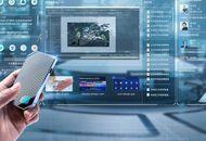 Un homme tient le PC cloud d'Alibaba dans sa main et navigue sur un écran.