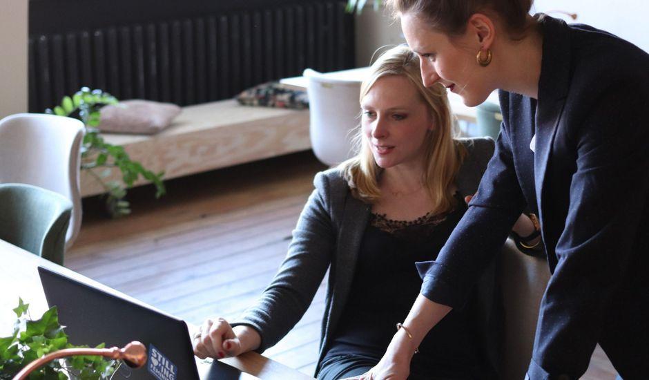 deux collaboratrices devant un écran