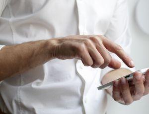 un homme utilisant son smartphone