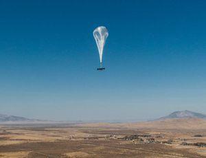Un ballon Loon survole un paysage désertique.