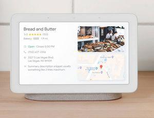 Le Google Nest Hub est posé sur un bureau.