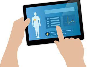 Une personne tient une tablette sur laquelle sont indiquées des données sur la santé de quelqu'un.