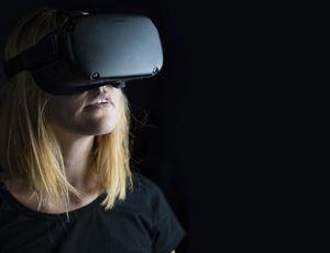 Une femme porte un casque Oculus Rift.