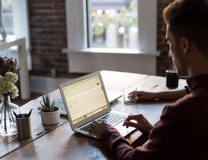 un homme travaillant sur son ordinateur dans un bureau