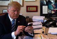 Donald Trump tenant un smartphone