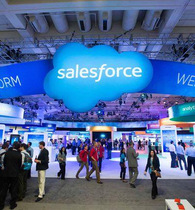 Salesforce / Des personnes visitant les stands de la conférence Dreamforce.