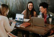 des étudiants échangeants autour d'une table