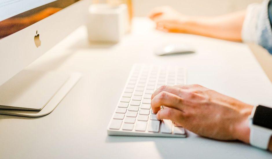 Personne tapant sur son clavier