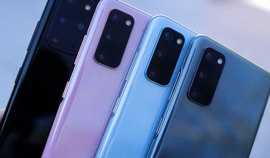 Quatre smartphones Huawei sont alignés les uns à côté des autres.