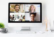 Une visioconférence sur Zoom lancée entre quatre personnes sur un iMac