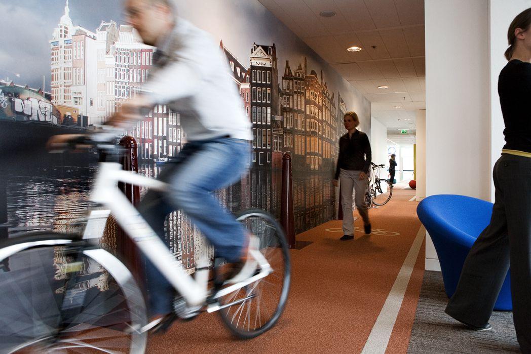 Piste cyclable intérieur dans les bureaux d'Amsterdam.