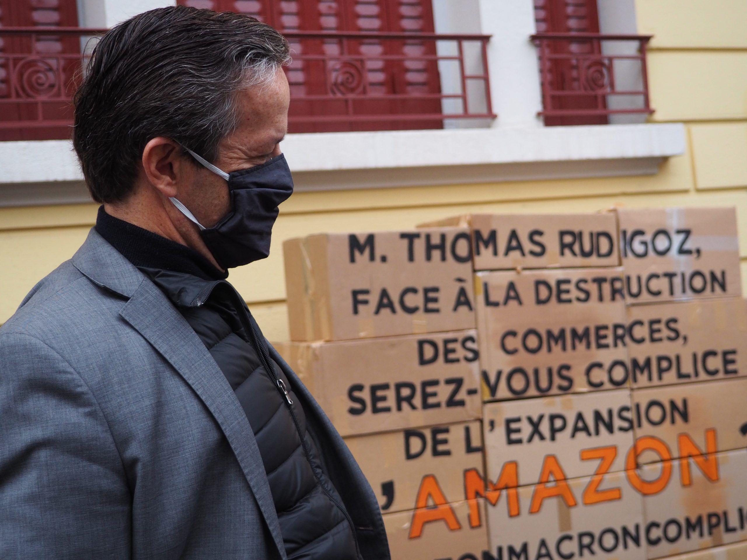 Le député thomas rudigoz écoute les militants d'Alternatiba ANV