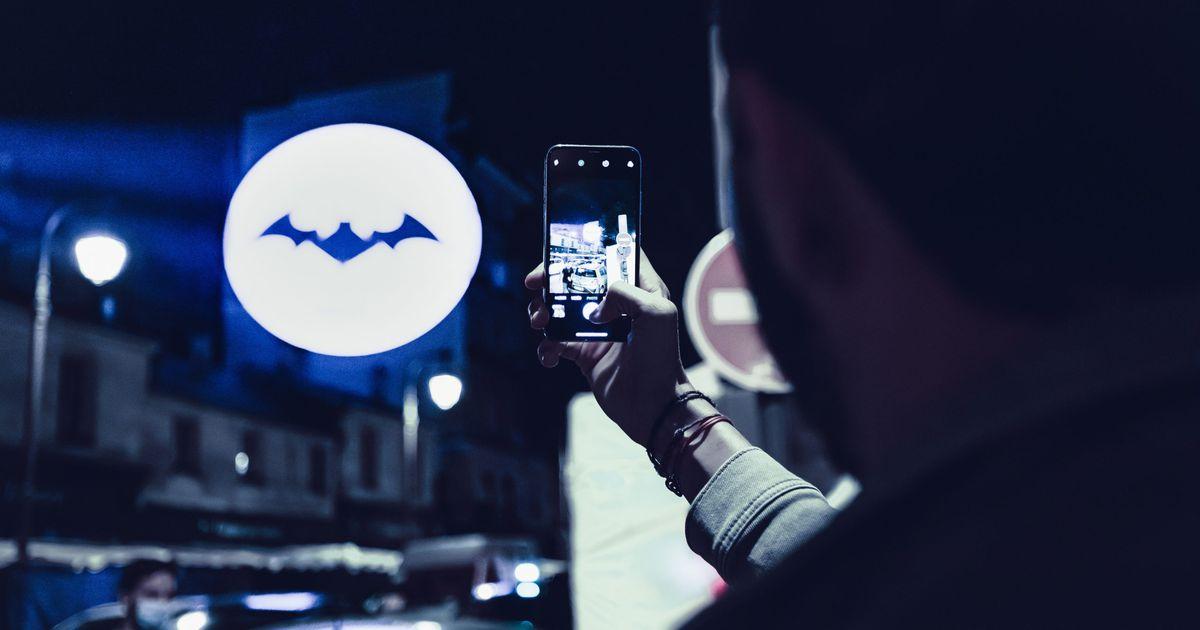 Pour le Batman Day 2020, des bat-logos personnalisés projetés sur les murs de Paris