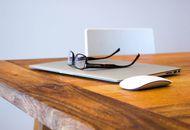 Des lunettes sont posées sur un MacBook.