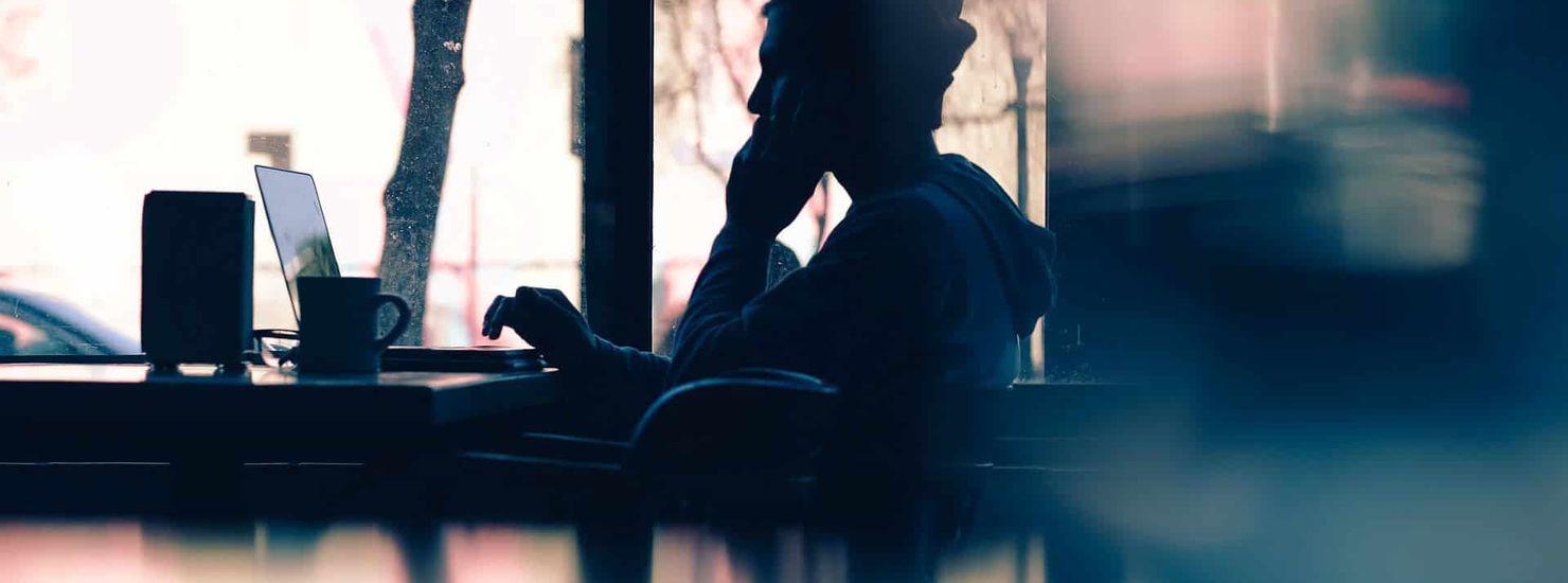 Une personne à contre jour en train de téléphoner