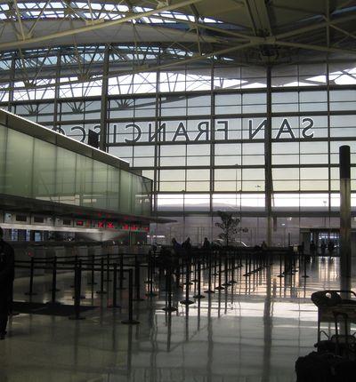 Une photo de l'intérieur de l'aéroport international de San Francisco