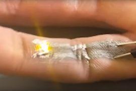 De l'encre conductrice imprimée sur un doigt allumant une petite LED