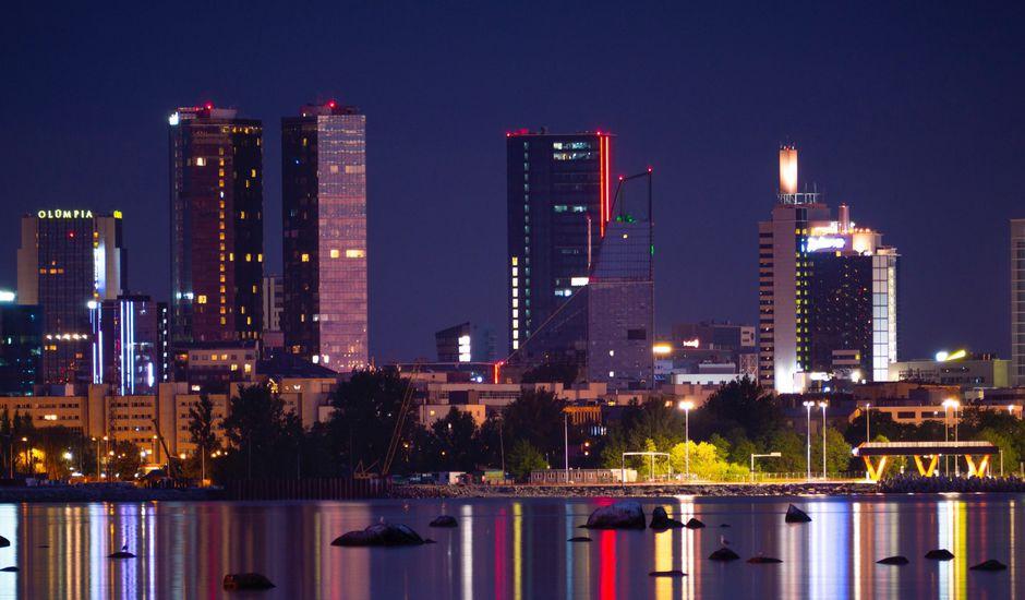 Une photo de nuit de Tallin en Estonie