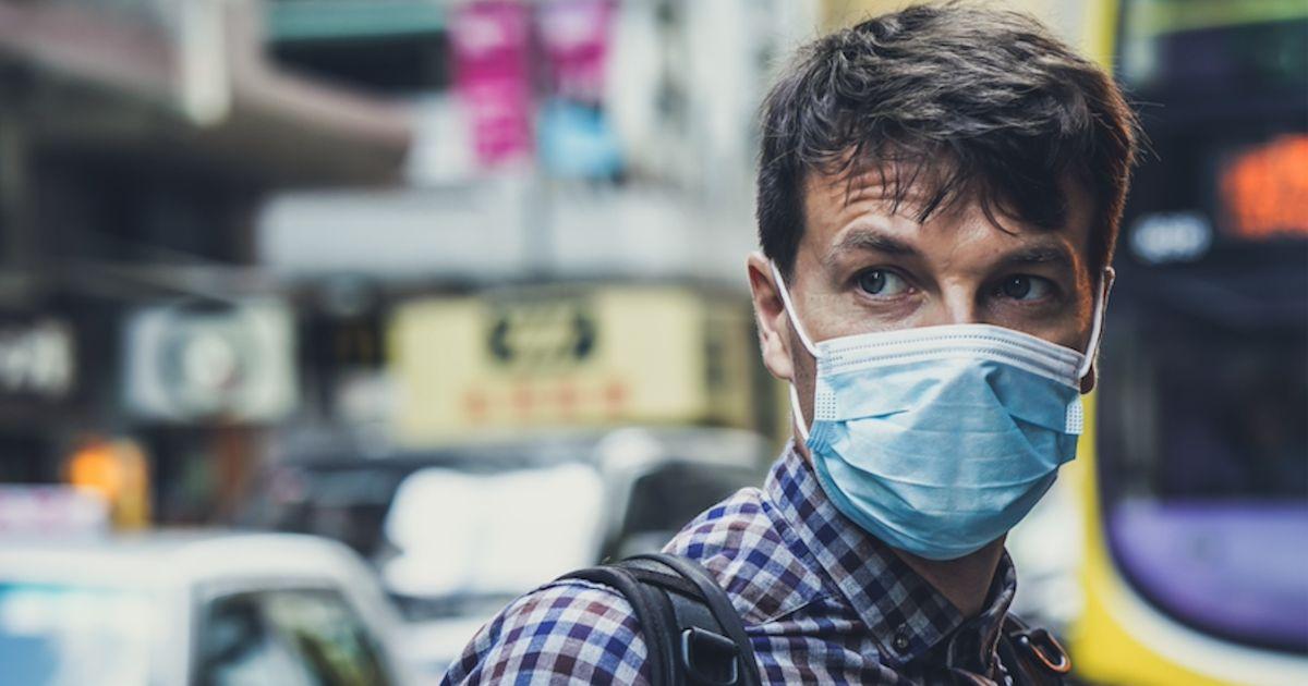 Personne portant un masque dans la rue