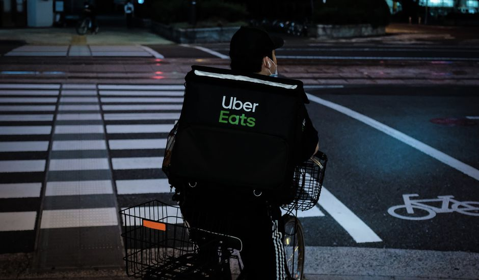 Un livreur Uber Eats.