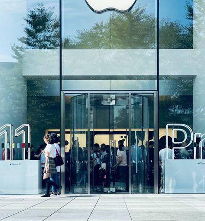 Des personnes se trouvent dans un magasin Apple pour la sortie de l'iPhone 11.