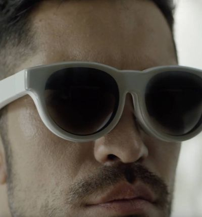 Un homme porte des lunettes de réalité augmentée.