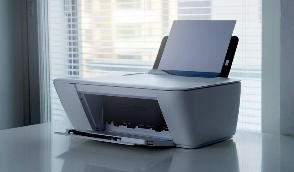 Une imprimante en attente de cartouches d'encre pour relancer les impressions
