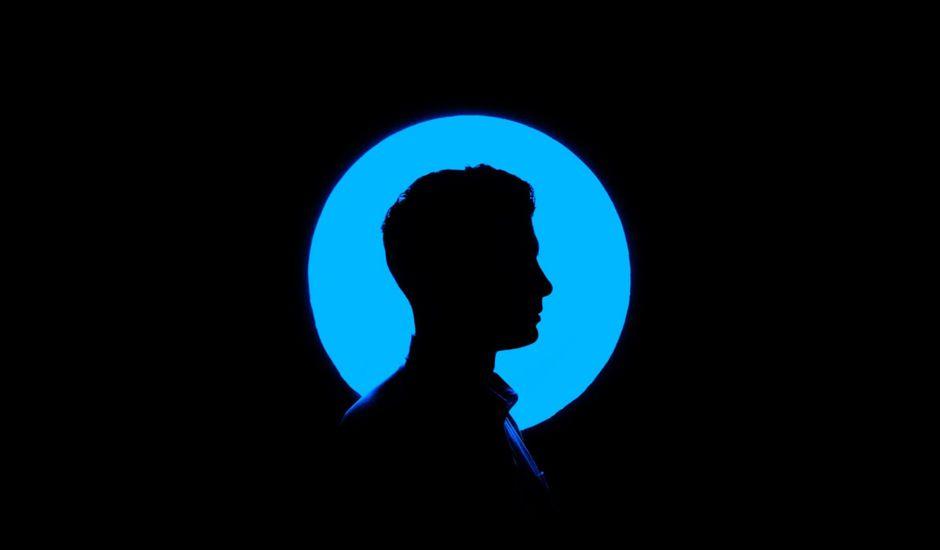 ombre chinoise d'un homme