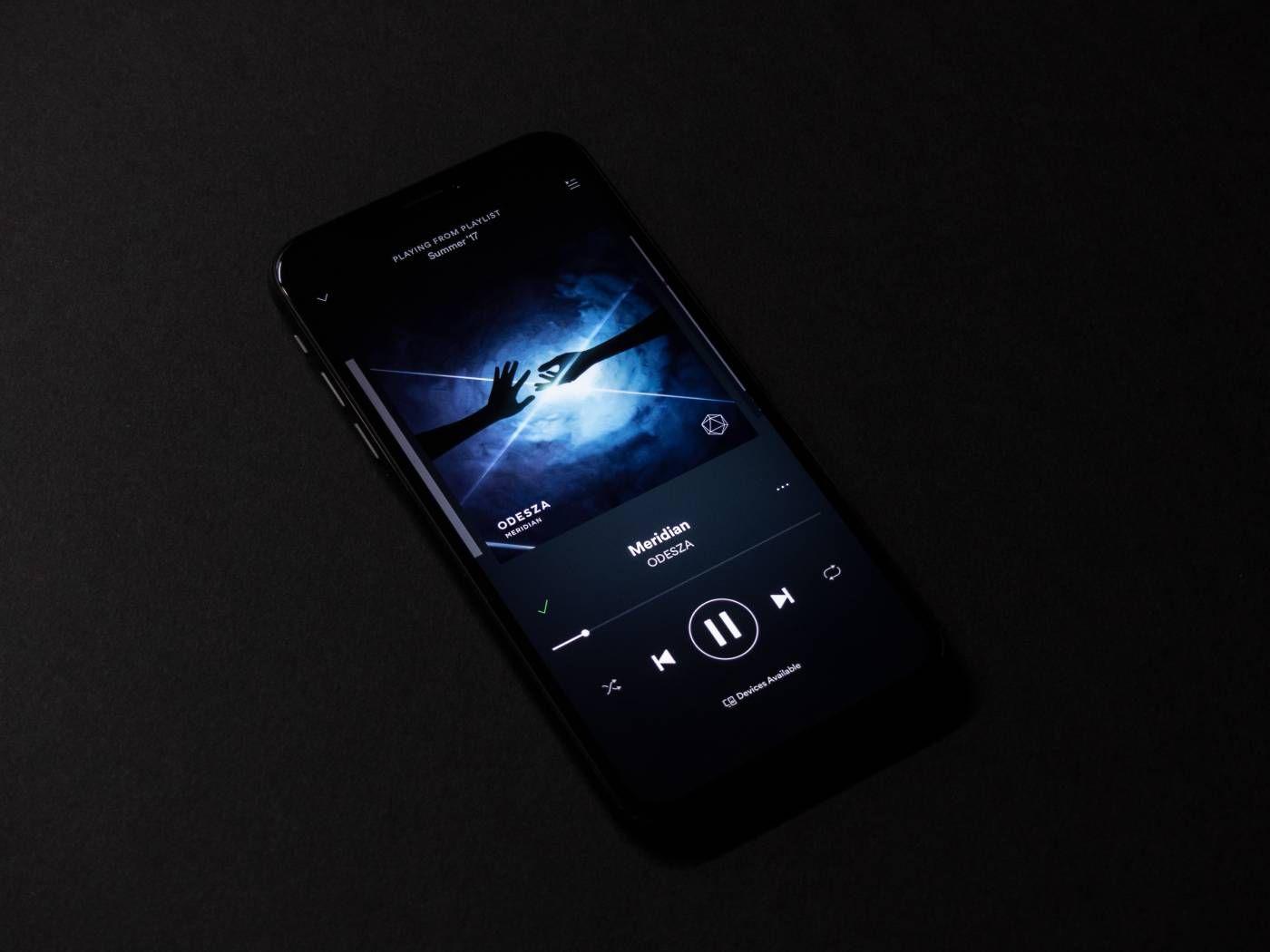 Un iPhone ouvert sur l'application Spotify.