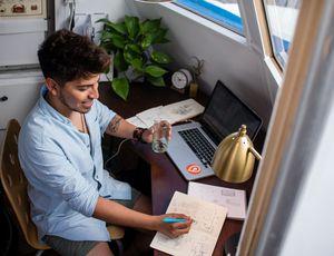 un employé travaillant à distance dans son appartement