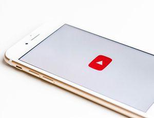 Un smartphone affichant le logo YouTube