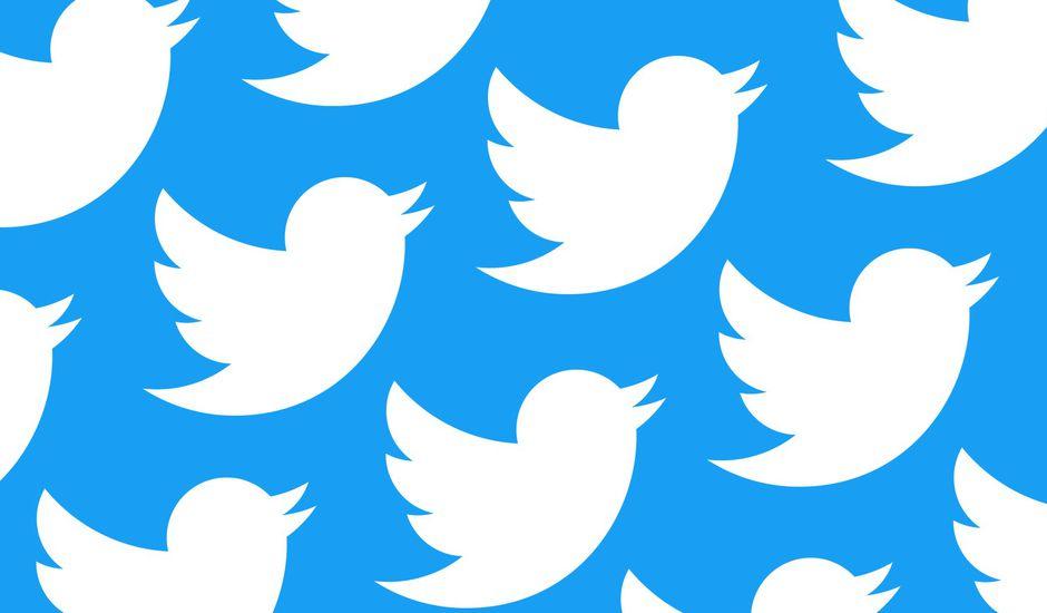 Le logo de Twitter en mosaïque sur fond bleu