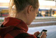 une jeune femme sur son mobile