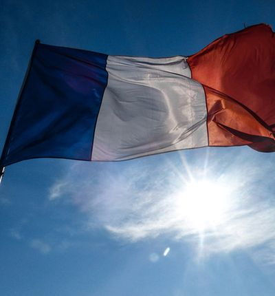 Le drapeau de France flotte dans les airs.