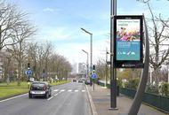 Un panneau publicitaire JCDecaux au bord d'une route française.