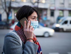 Illustration d'une personne masquée en train de téléphoner.