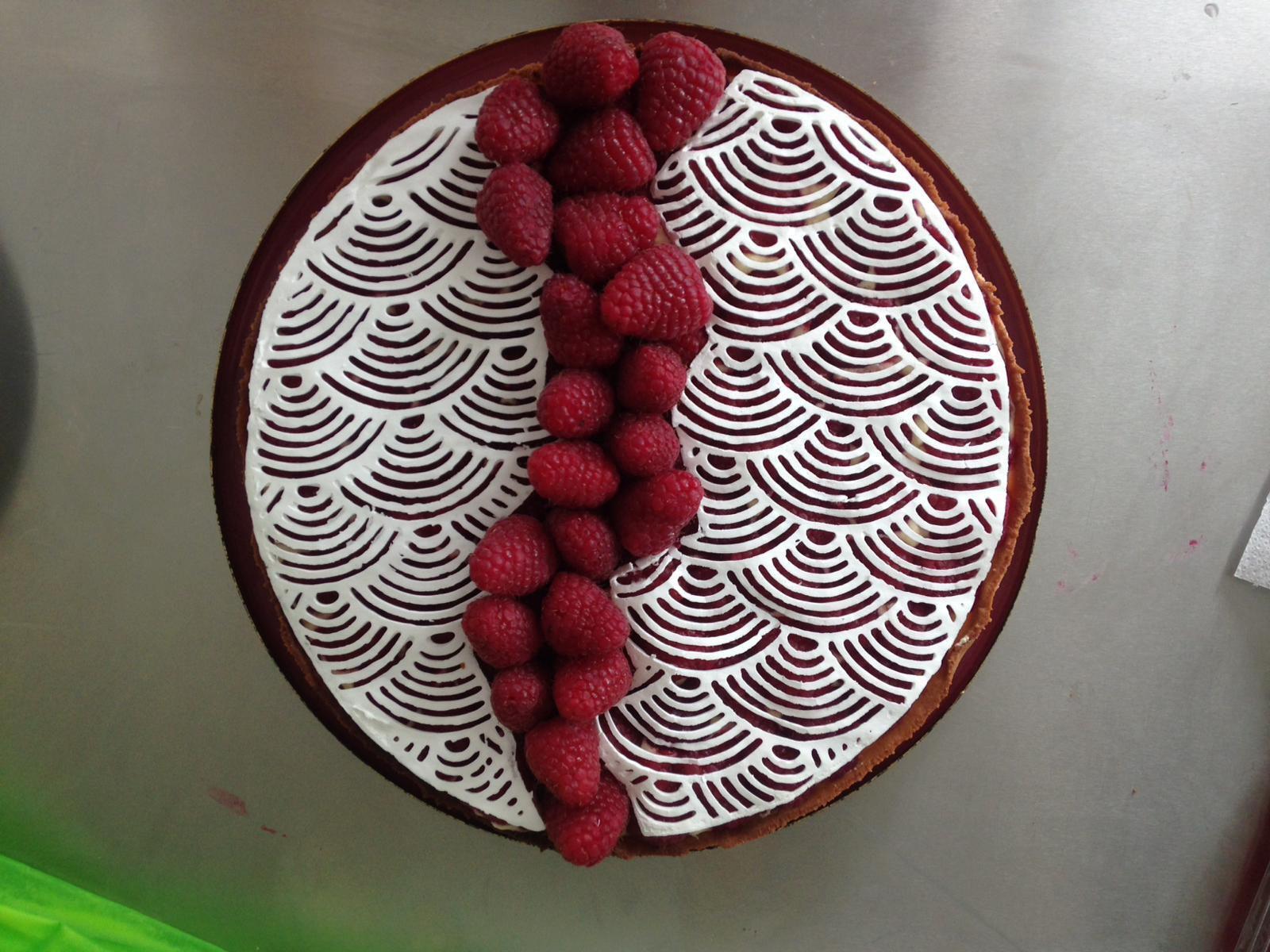 Le résultat d'une tarte à la framboise avec des motifs imprimés en 3D grâce à la buse de CakeWalk