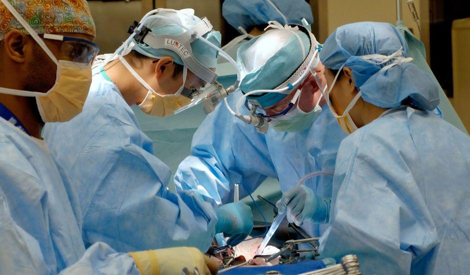 Des chirurgiens en train de procéder à une opération.