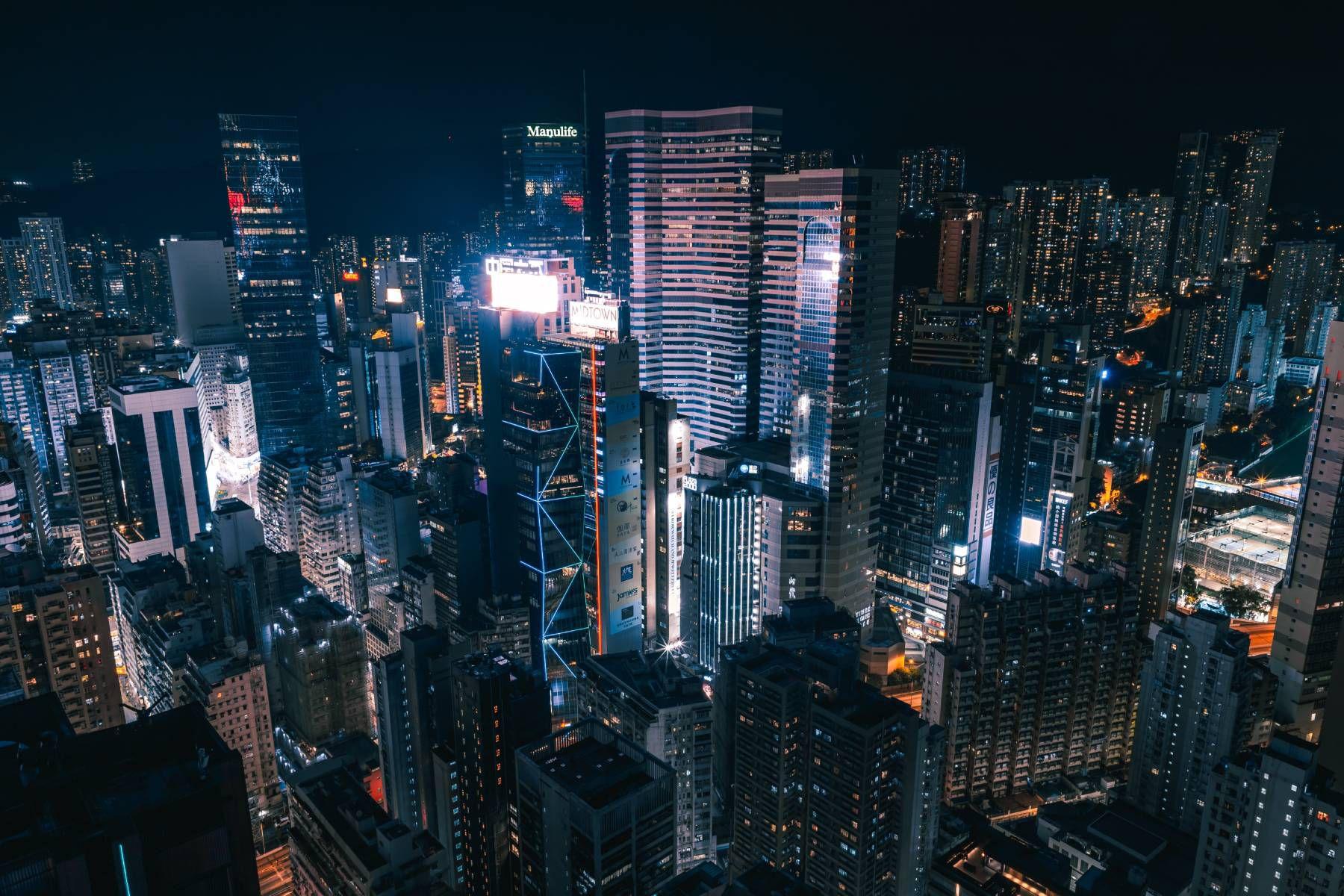 Les gratte-ciel de Hong Kong photographiés de nuit.