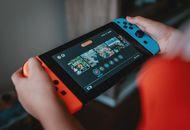 Quelqu'un tenant une Nintendo Switch