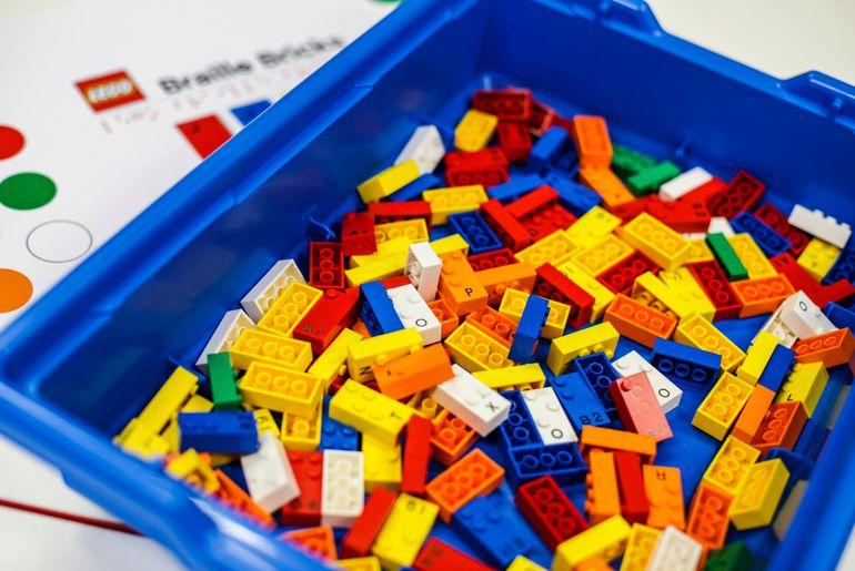 Un bac de LEGO destinés à l'apprentissage du braille