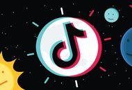 Le logo TikTok sur fond noir avec des illustrations de soleils et de planètes.