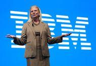 Image de Virginia Rometty, l'ancienne PDG d'IMB devant le logo de l'entreprise.